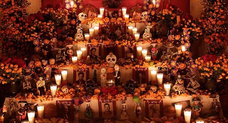 Altar cin ofrendas a los fieles difuntos en México - Tienda de Artesanías Mexicanas - Huastekoo.es